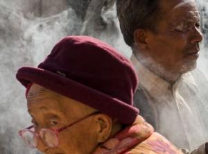 crop_Boudanath_pilgrims_by_incense_ISC2066